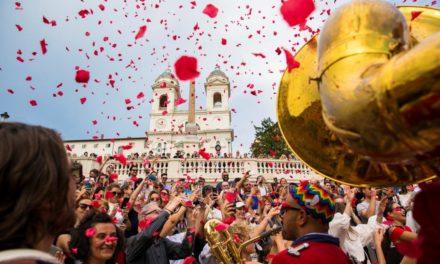 FLOWER BY KENZO A ROMA SI È CELEBRATO L'INIZIO DELL'ESTATE CON #KENZOPOPPYPARADE