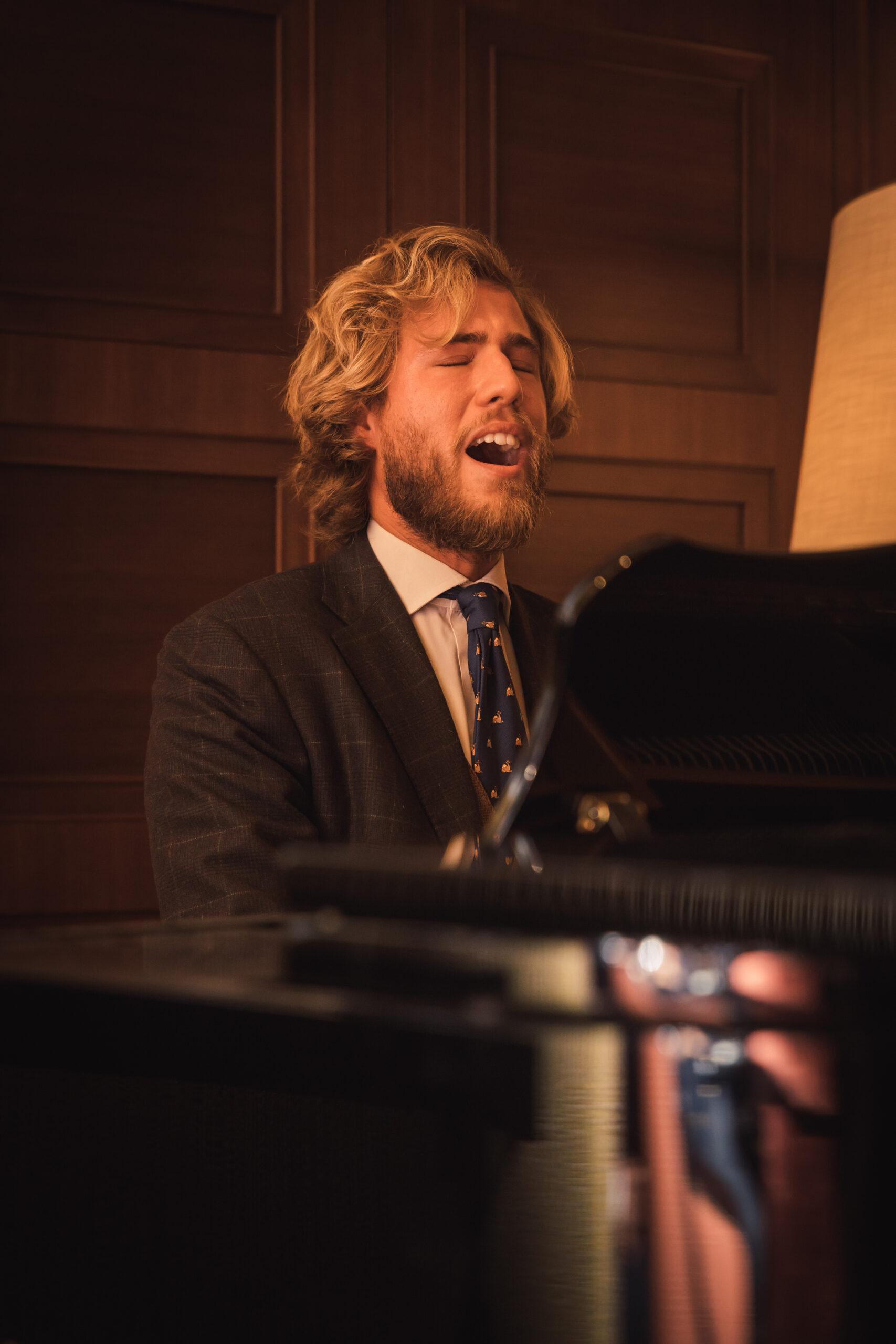Leone Romani al piano